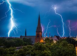 Blitzschäden: So schützen Sie Ihre Geräte bei einem Gewitter